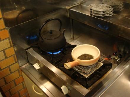 素焼きの焙烙で煎茶を焙じる